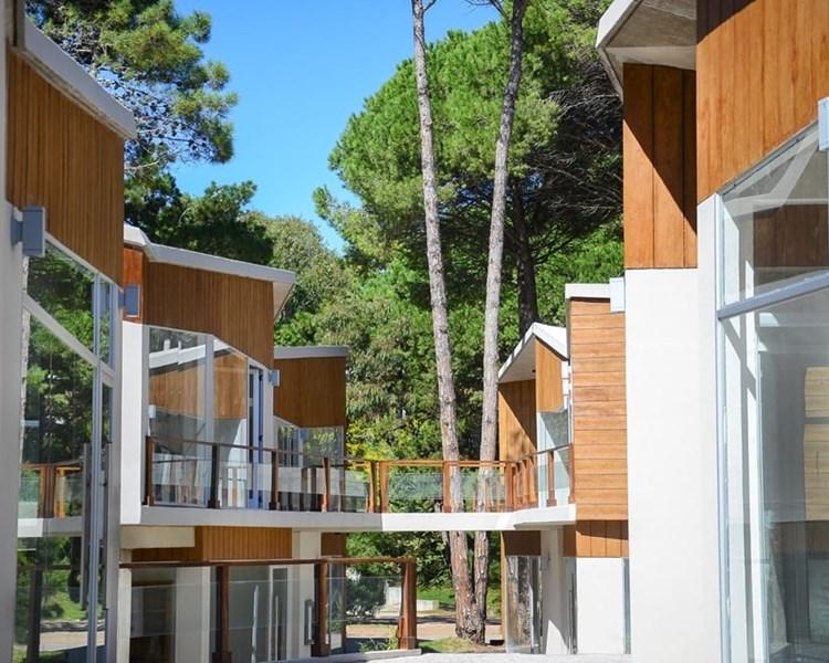 Centro comercial Las Golondrinas Siding Cedral madera