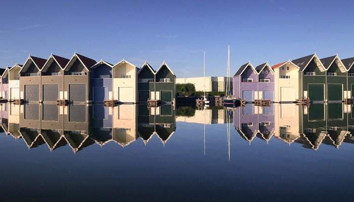 Allure élégante et beau mélange de couleurs pour les 'abris à bateau' de Harderwijk